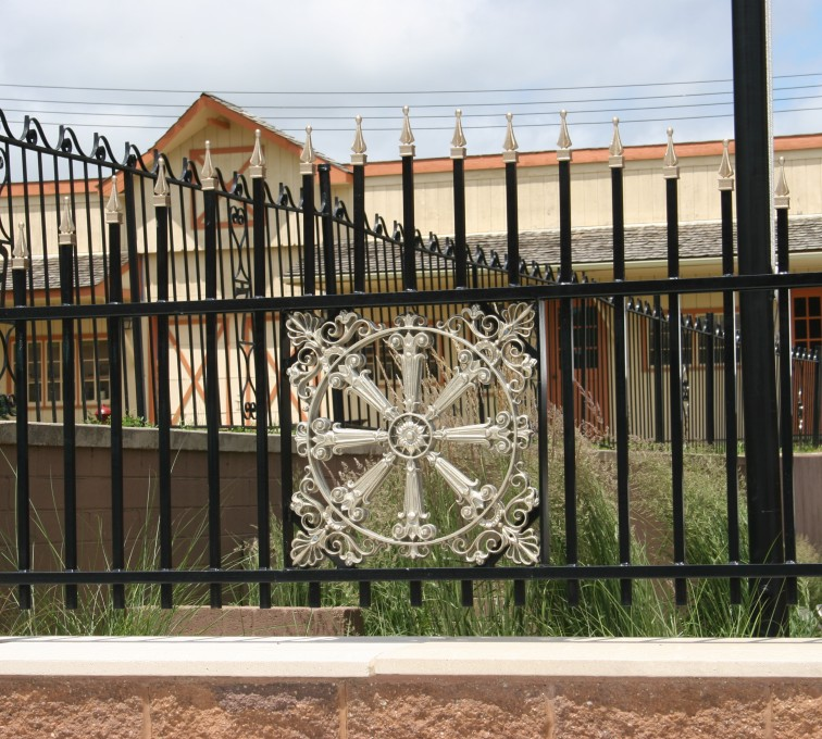 American Fence - Lincoln - Custom Iron Gate Fencing, 1230 Overscallop with quad flare & emblem