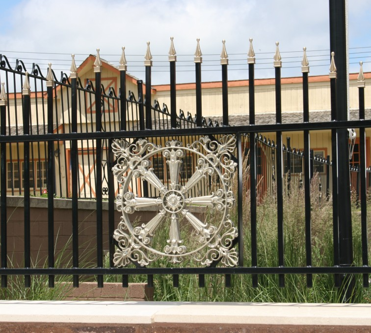 American Fence - Lincoln - Custom Iron Gate Fencing, 1231 Overscallop with quadflare & emblem