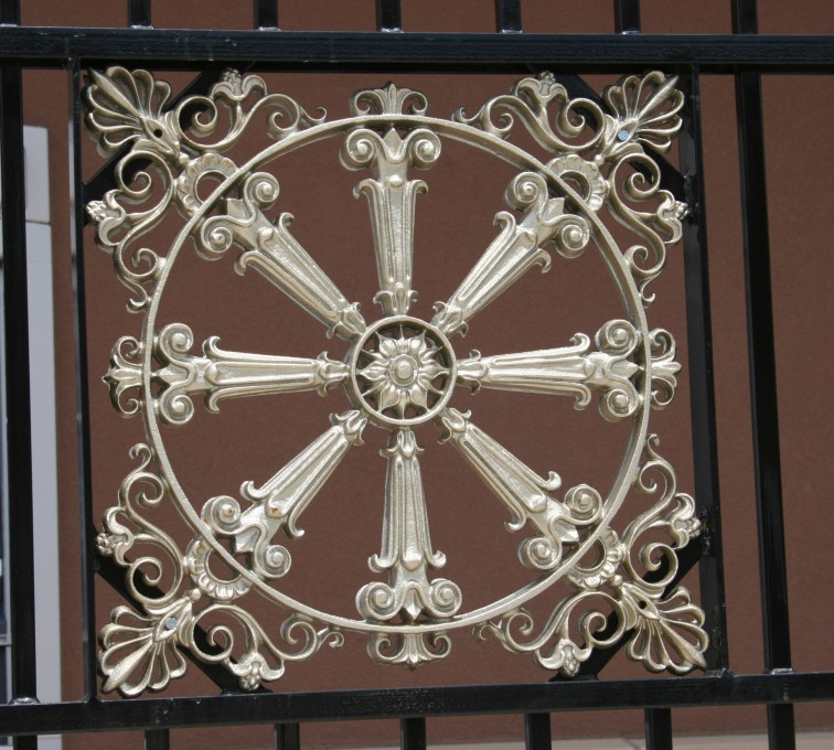 American Fence - Lincoln - Custom Iron Gate Fencing, 1232 Overscallop with quadflare & emblem