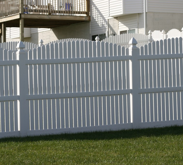 American Fence - Lincoln - Vinyl Fencing, 561 Vinyl 6' overscallop picket