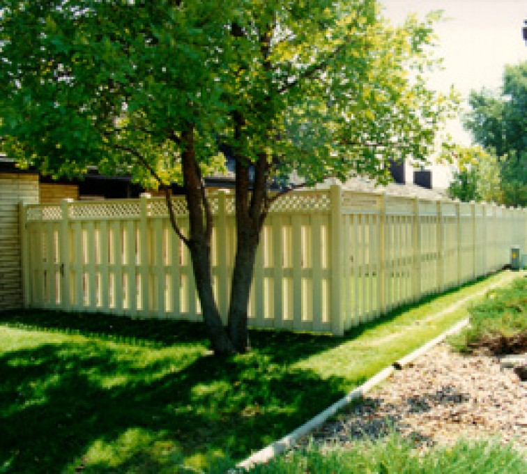 American Fence - Lincoln - Vinyl Fencing, Board-on-board tan with lattice (800)