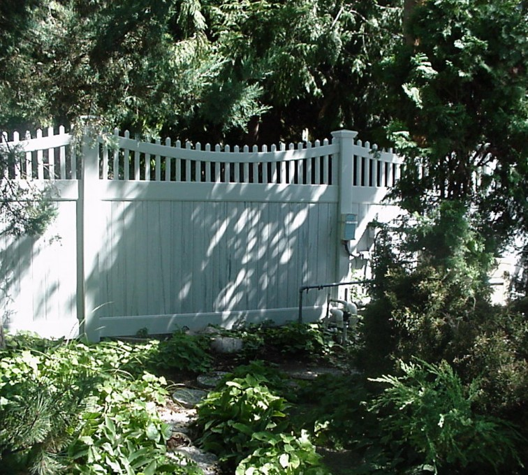 American Fence - Lincoln - Vinyl Fencing, Privacy With Sloped Rail Picket Accent 704