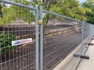 Anti-climb security temp fence